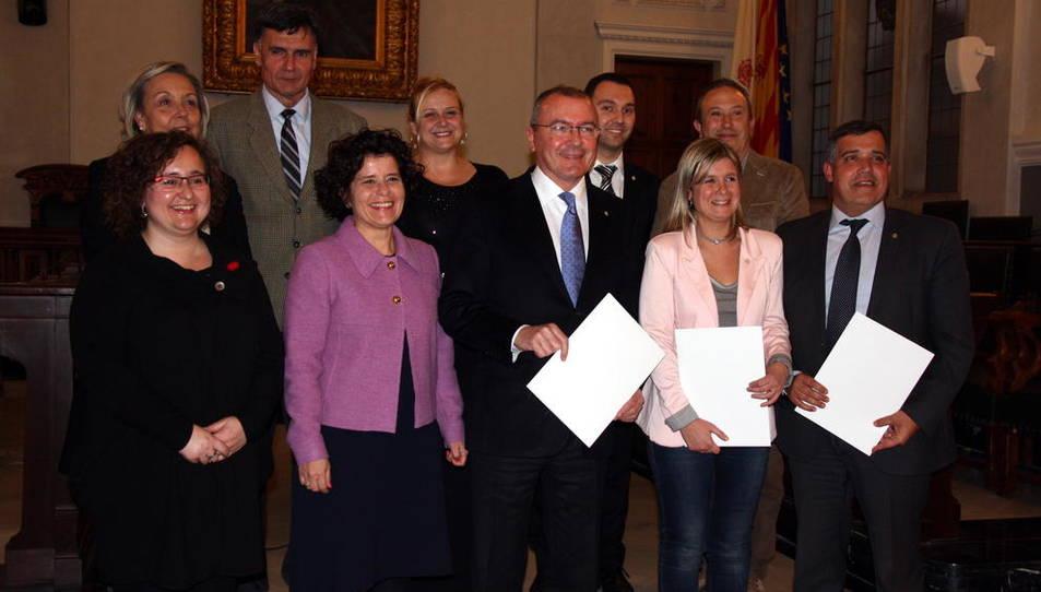 Nou equip de govern de l'Ajuntament de Reus a la sala de plens del consistori, després de signar l'acord entre CiU, ERC-MES-MDC-Avancem-AM i Ara Reus, el 25 de febrer de 2016.