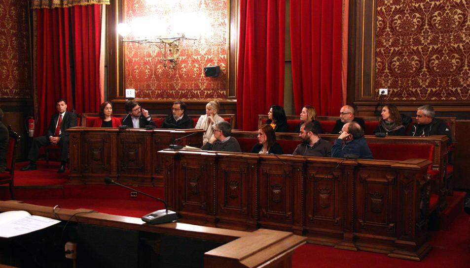 Pla obert d'una de les bancades del plenari de l'Ajuntament de Tarragona, amb el regidor Javier Villamayor, a l'esquerra, intervenint i gesticulant dirigint-se als grups d'ERC i la CUP. Imatge de l'1 de març del 2016.
