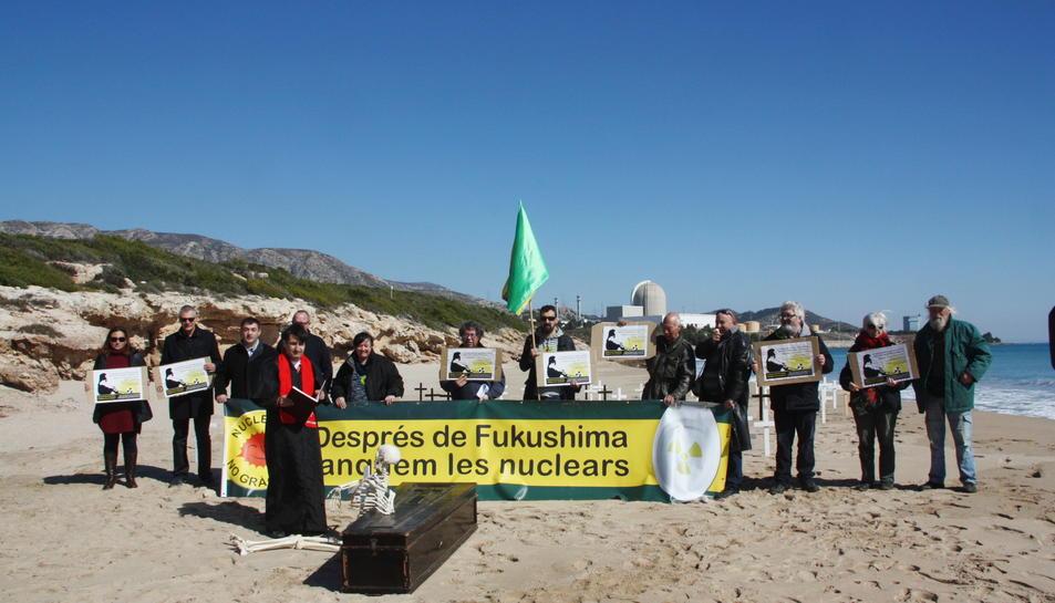 Pla general de la concentració d'entitats ecologistes per commemorar l'accident de Fukushima. Darrere, la central nuclear de Vandellòs II. Imatge del 12 de març de 2016