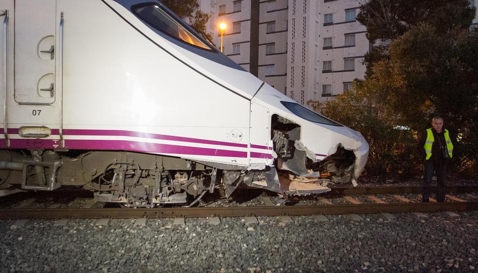 Un tren Euromed amb 270 viatgers a bord ha descarrilat aquesta tarda a la sortida de l'estació de Mont-roig del Camp, en xocar contra una pedra de grans dimensions. L'accident ha tingut lloc a les 17:38 hores, i no hi ha hagut ferits.