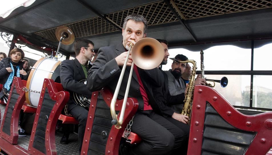 La banda Small River Dixie va passejar pels carrers de la ciutat oferint la seva música.