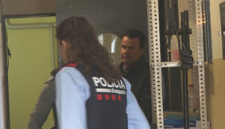 Captura d'un frame de vídeo amb un pla obert de l'acusat, custodiat pels Mossos, a punt d'entrar al vehicle policial, el 16 de març del 2016