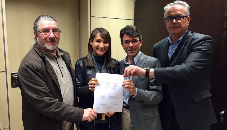 Els representants de l'oposició amb el docuemt presentat a l'Ajuntament.