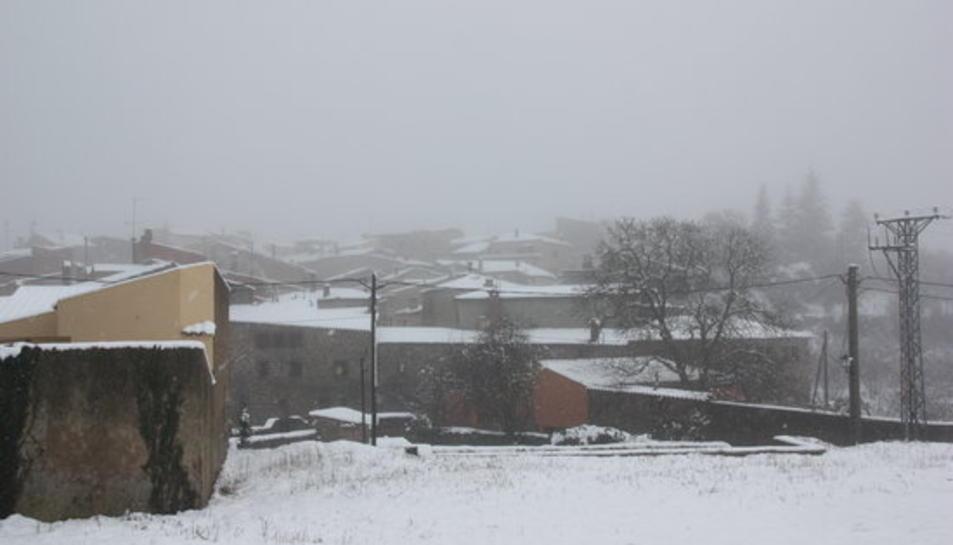 Imatge general de teulades nevades a Prades, al Baix Camp, el 27 de febrer de 2016.