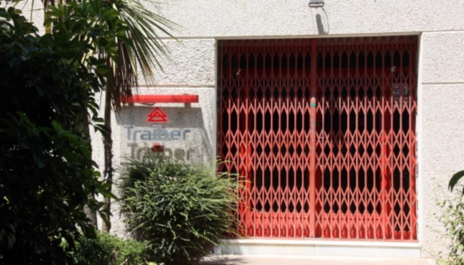 Una reixa manté barrada l'entrada a l'antiga nau de Traiber a Reus.