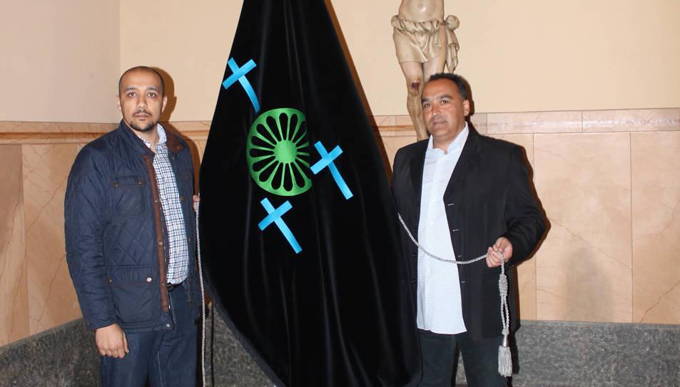 La bandera representa la roda gitana, en tecnologia 3D.
