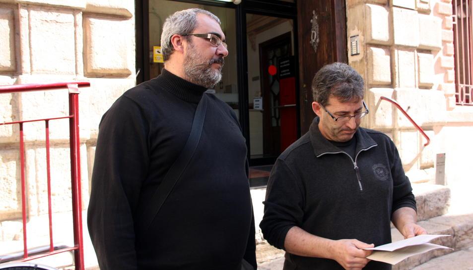 El copresident de la Federació de Veïns d'Amposta, Àngel Porres i  Llorenç Navarro, a la sortida als jutjats de Tortosa després de presentar la denúncia contra les rotondes, el 17 de març de 2016