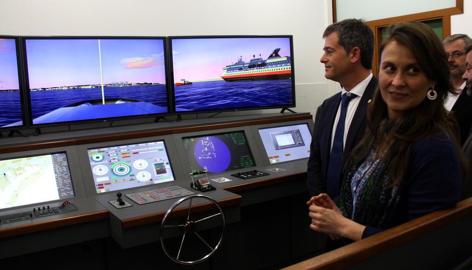 Pla mig de la consellera d'Agricultura, Meritxell Serret, i l'alcalde de l'Ametlla de Mar, Jordi Gaseni, amb el nou simulador al fons. Imatge del 17 de març de 2016.