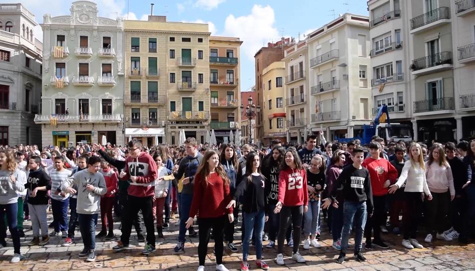 Un miler de nens participen en un Flashmob a Reus