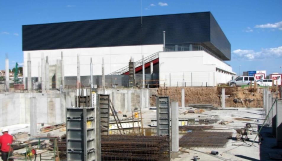 Les obres de construcció de la piscina municipal de Cunit l'any 2006.