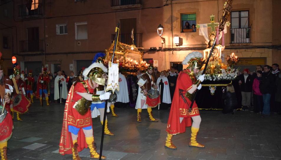 Moment en el que els armats fan la reverència al Sant Crist, sota l'atenta mirada del Sant Sepulcre i La Pietat.