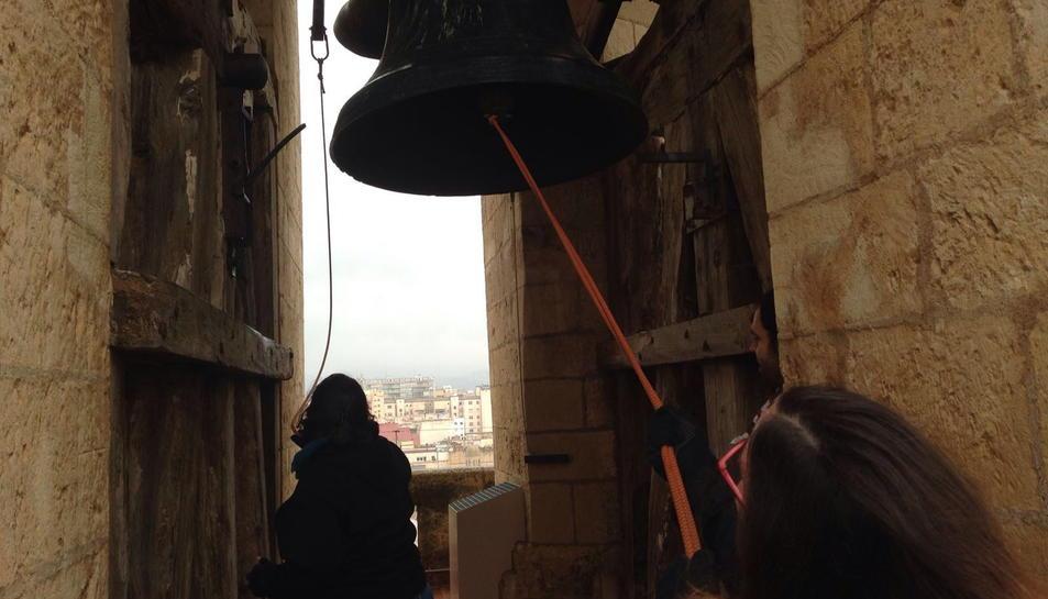 Dos campaners fan sonar les campanes a Reus en protesta per la situació dels refugiats sirians. Imatge del 19 de març de 2016