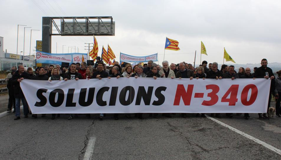Cuatre-centes persones tallen la N-340 al Baix Penedès en l'operació sortida de Setmana Santa
