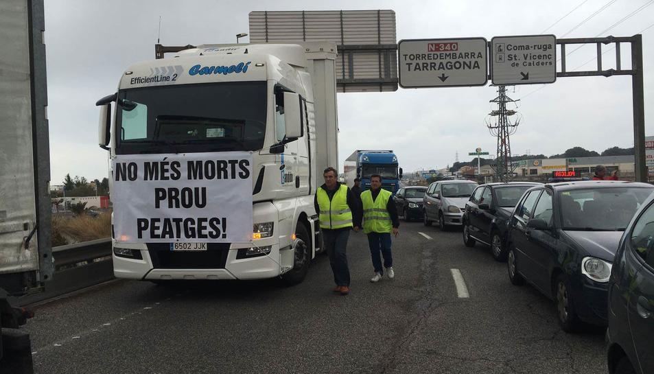 La protesta a l'N-340 i l'AP7 deixa aquest dissabte les comarques de Tarragona bloquejades de sud a nord.