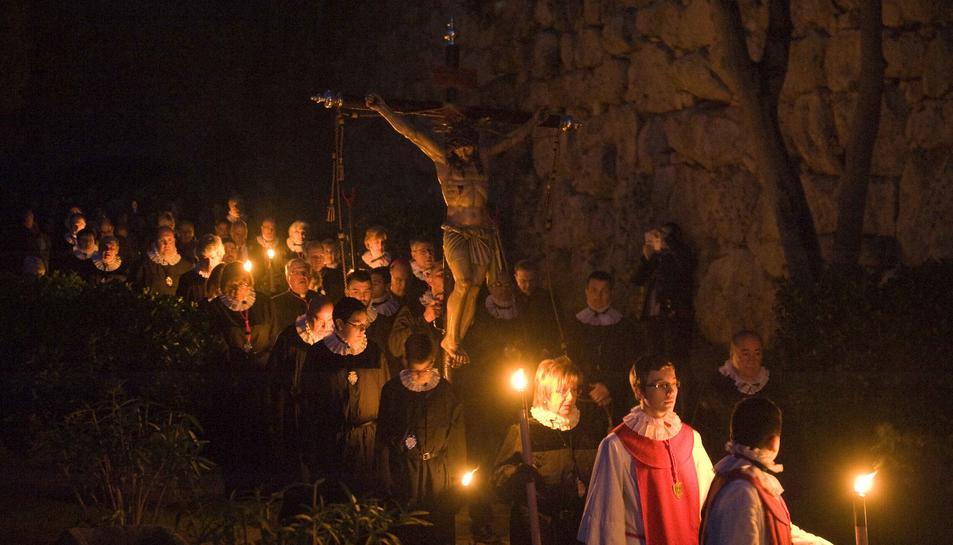 A dalt, el Viacrucis de la Congregació de la Puríssima Sang i, a baix, la processó de Jesús entrant a Jerusalem de la Germandat Nostre Pare Jesús de la Passió.