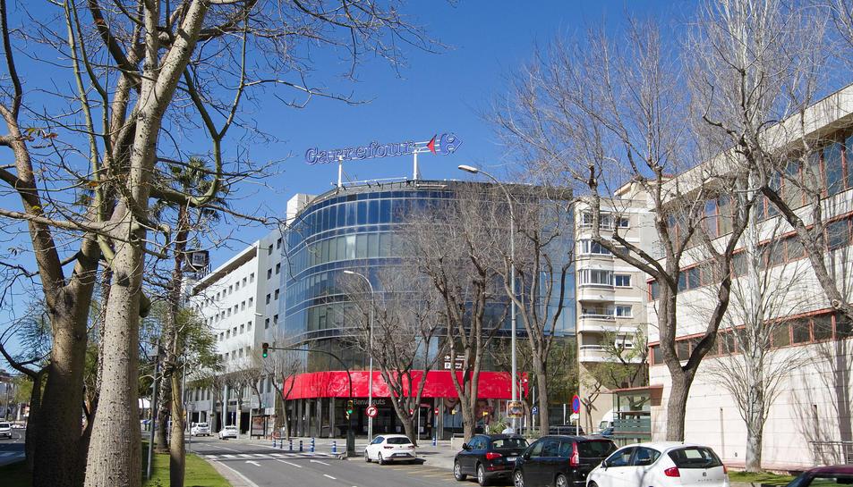 Una imatge de la façana del Centre Carrefour de Reus, a l'avinguda Marià Fortuny.