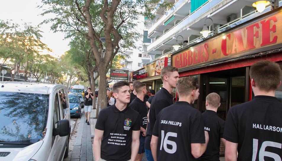 Un grup de Saloufest amb samarretes reivindicant que «és una ida estúpida mirar el que fem».