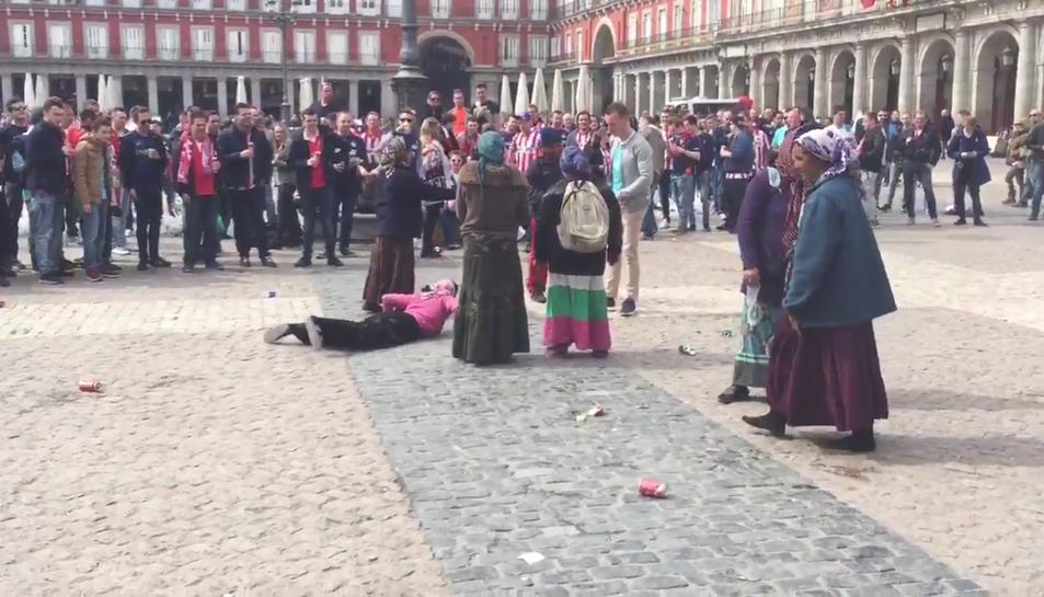 Imatge extreta d'un dels vídeos enregistrat, dimarts passat, a Madrid, on humiliaven un grup de dones.