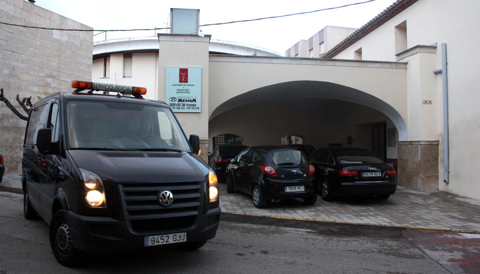 Pla general d'un vehicle de transport judicial sortint del tanatori municipal de Tortosa, al nucli de Jesús, el 20 de març del 2016
