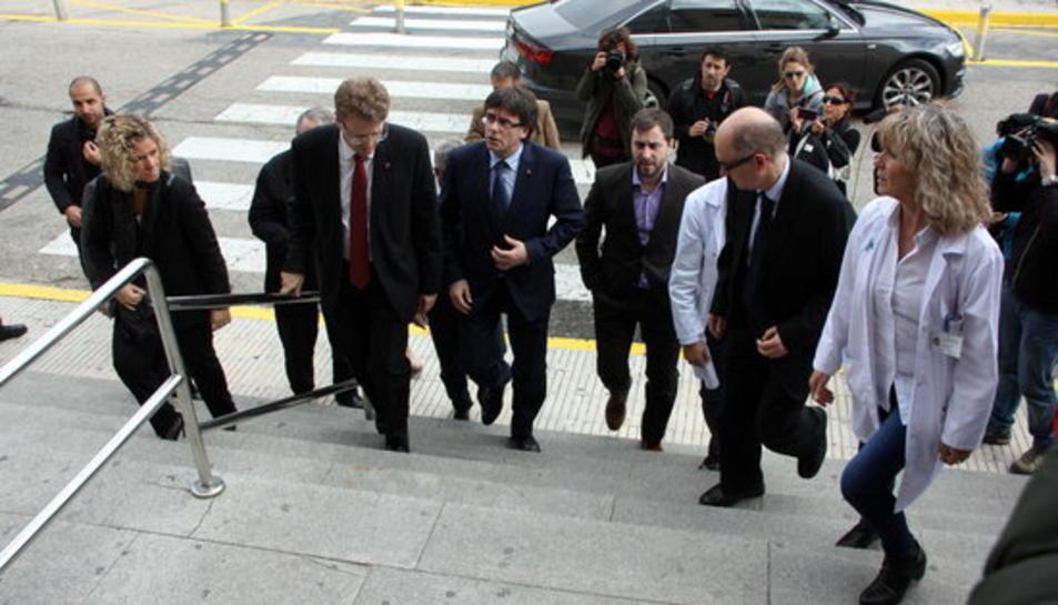 El president de la Generalitat, Carles Puigdemont, el conseller de Salut, Toni Comín, els responsables de l'Hospital de Tortosa, i l'alcalde de Tortosa, Ferran Bel, entrant al centre de salut per visitar els ferits de l'accident de Freginals.