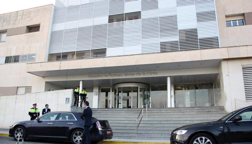 Imatge general de la façana de l'Hospital Verge de la Cinta de Tortosa, amb diversos agents dels Mossos d'Esquadra a la porta, el 21 de març de 2016