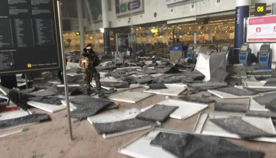 Desenes de morts i nombrosos ferits en una doble explosió a l'aeroport de Brussel·les