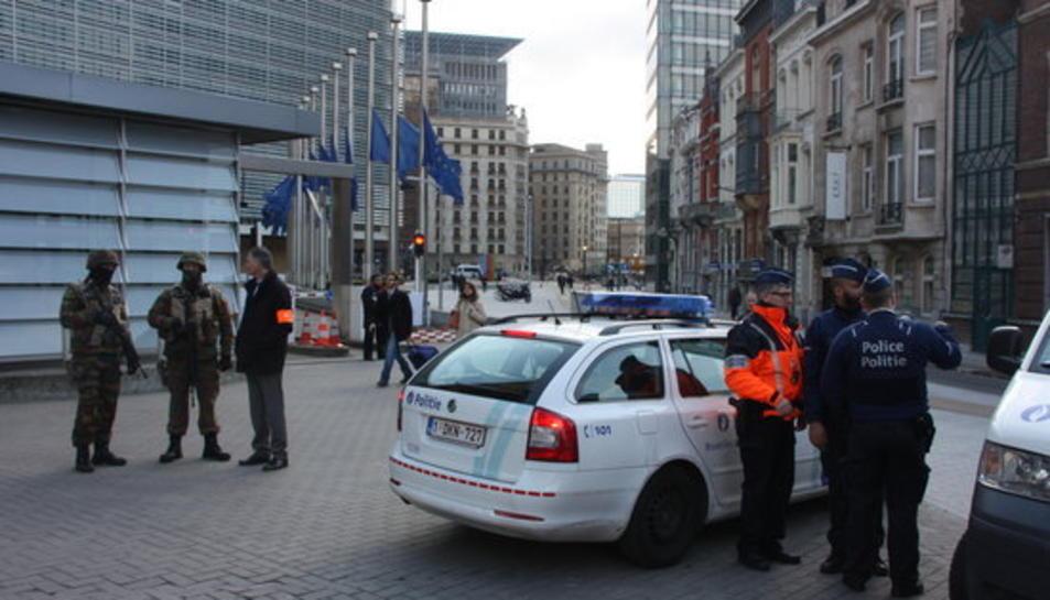 Agents i furgonetes de la policia federal belga custodien la seu de la Comissió Europea.