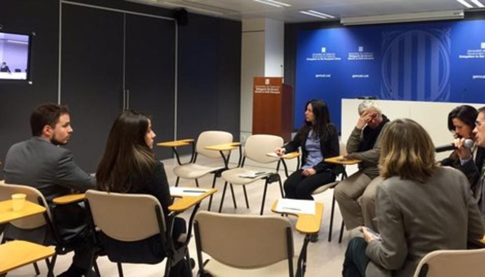 Videconferència celebrada a la delegació de la Generalitat a Brussel·les amb l'equip del representant permanent, Amadeu Altafaj, i el del conseller d'Afers Exteriors, Raül Romeva.