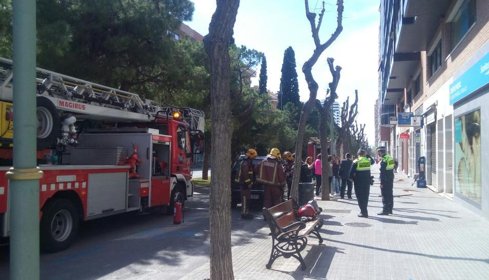 Els Bombers, la Guàrdia Urbana i l'ambulància han acudit al lloc dels fets.