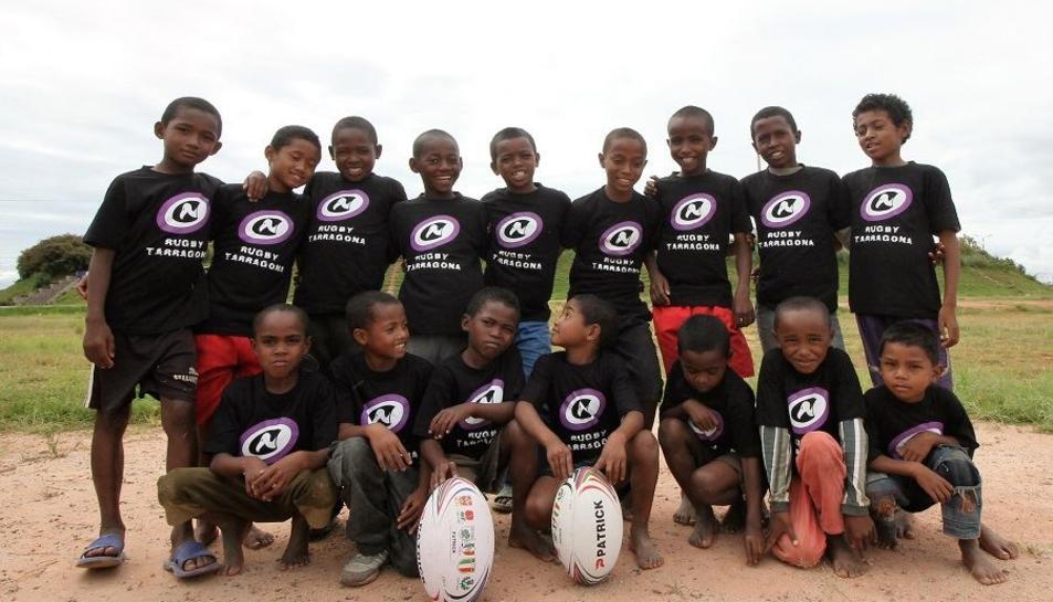 Els veterans del Rugby Tarragona evien dues pilotes als infants d'Antananarivo