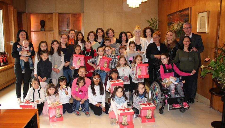 L'alcalde lliura les mones a les nenes que es diuen Tecla
