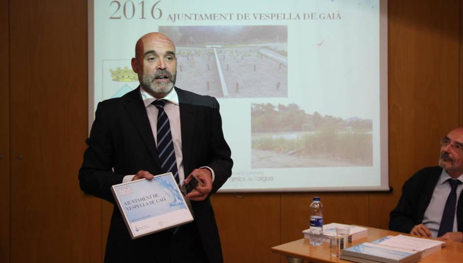 L'alcalde del municipi explicant el projecte de la depuradora.