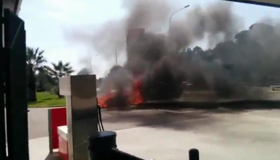 Incendi d'un vehicle a la zona de la benzinera del Catllar