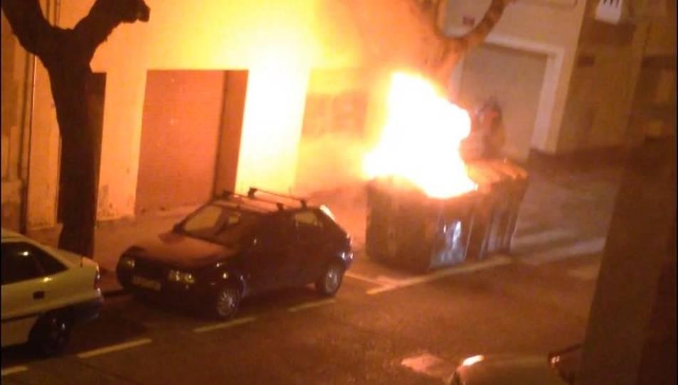 Un home crema dotze contenidors al centre de Reus