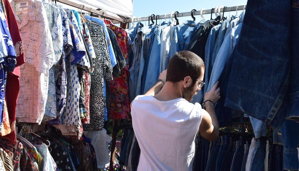 La segona edició del 'Pleamar Vintage Market' va arribar al Parc Voramar d'Altafulla aquest dissabte. Parades de roba, mobles i objectes vintage de tot tipus van atreure gran quantitat de públic al llarg del dia.