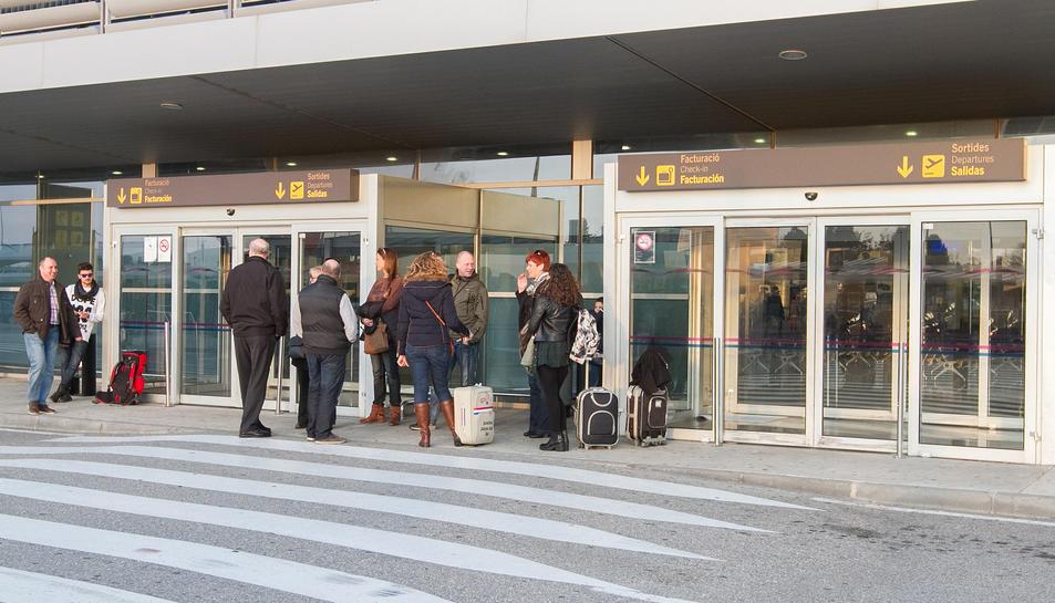 Una imatge d'arxiu de l'accés a la terminal de l'Aeroport de Reus, amb alguns passatgers.