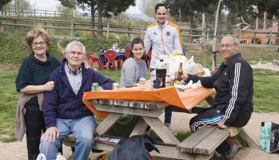Els tarragonins gaudeixen del dia de la Mona al Parc del Francolí