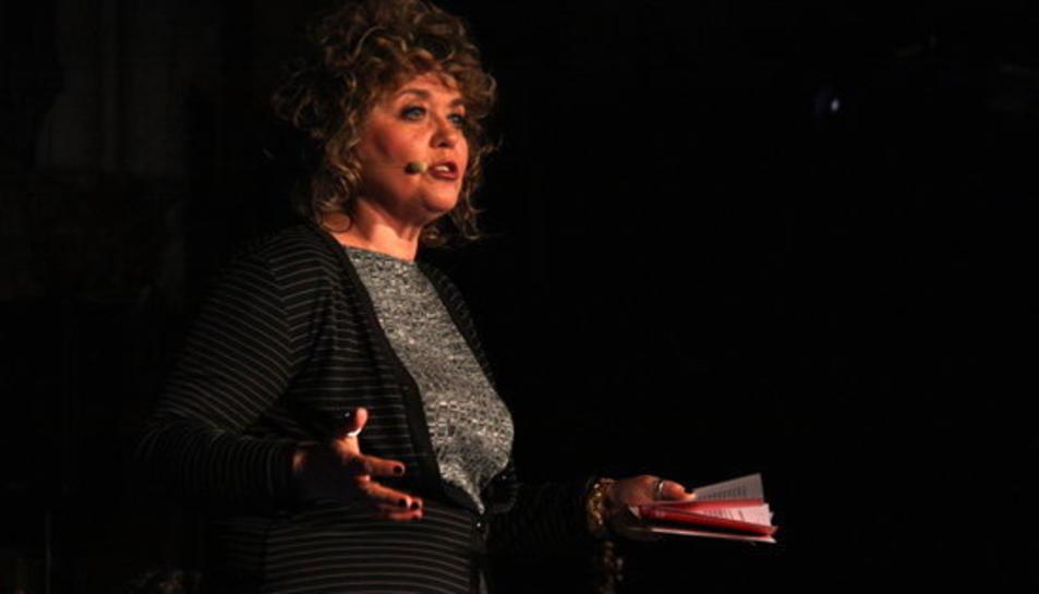La poetessa Dolors Miquel el moment en què ha recitat el poema que va fer abandonar Alberto Fernández l'acte.