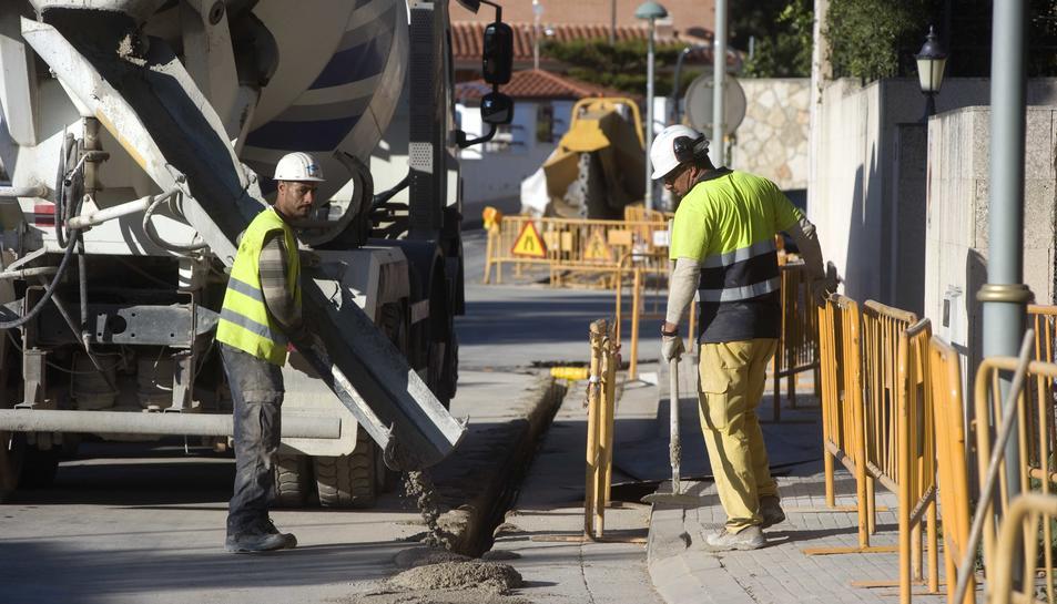 Obres al carrer de l'Alt Empordà, on estan instal·lant les canonades de gas ciutat.