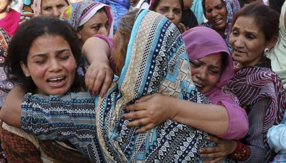 La ciutat de Lahore comença a enterrar les víctimes de l'atemptat terrorista.