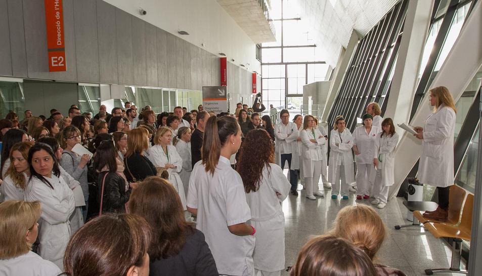 Els treballadors van protagonitzar ahir al matí una concentració a les portes de l'hospital.