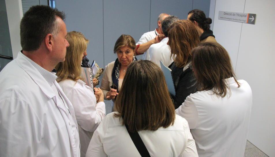 Pla obert de diversos membres del comitè d'empresa de l'Hospital Sant Joan de Reus, conversant a les portes d'on se celebra la reunió del Consell d'Administració del centre. Imatge del 30 de març de 2016