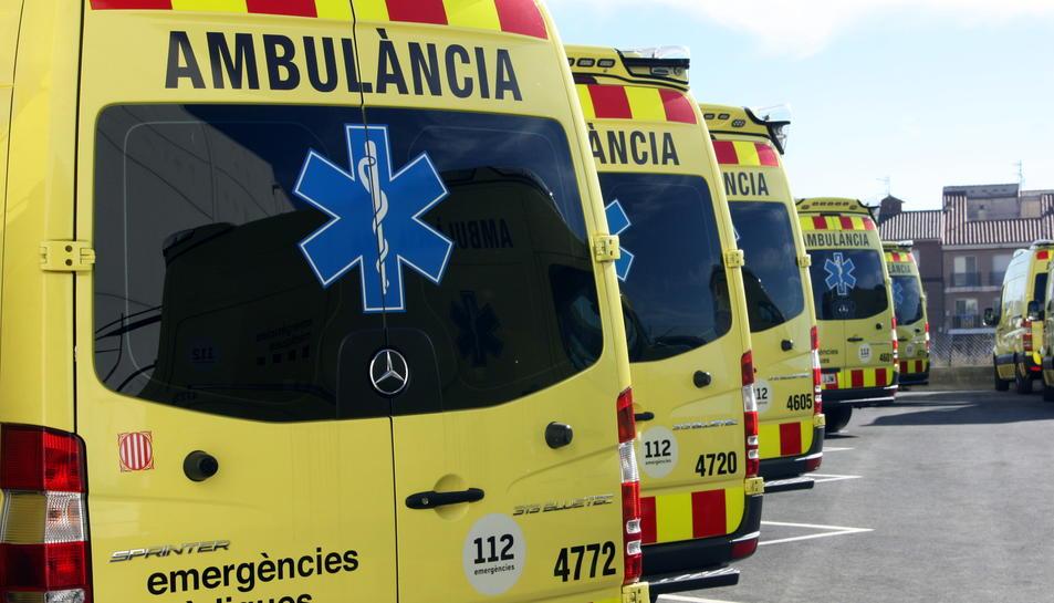 Noves ambulàncies aparcades en bateria a la nau del SEM a Tortosa.
