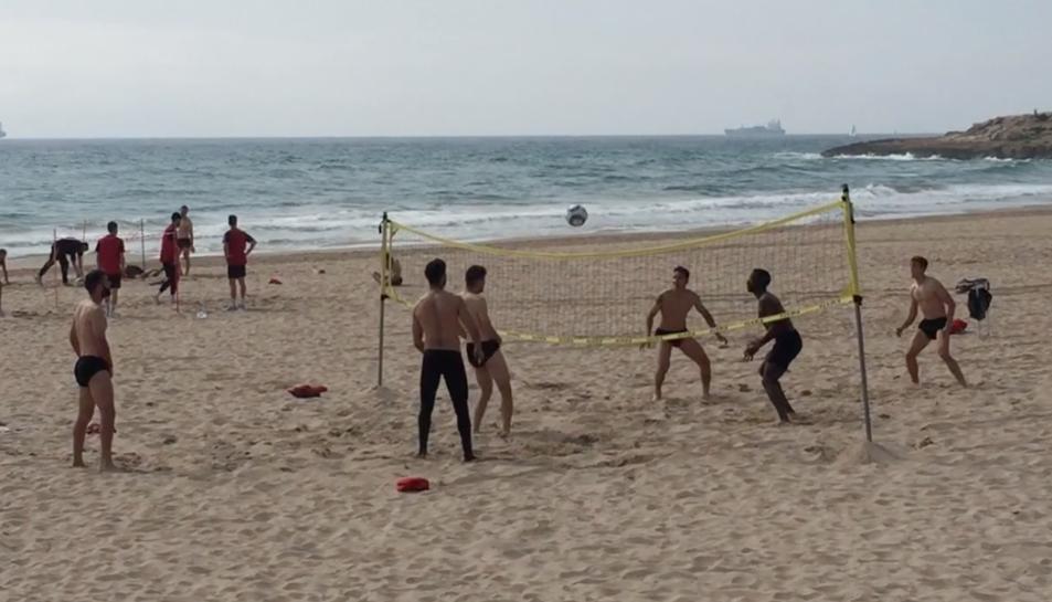 Entrenament distès dels jugadors de la Pobla a la platja