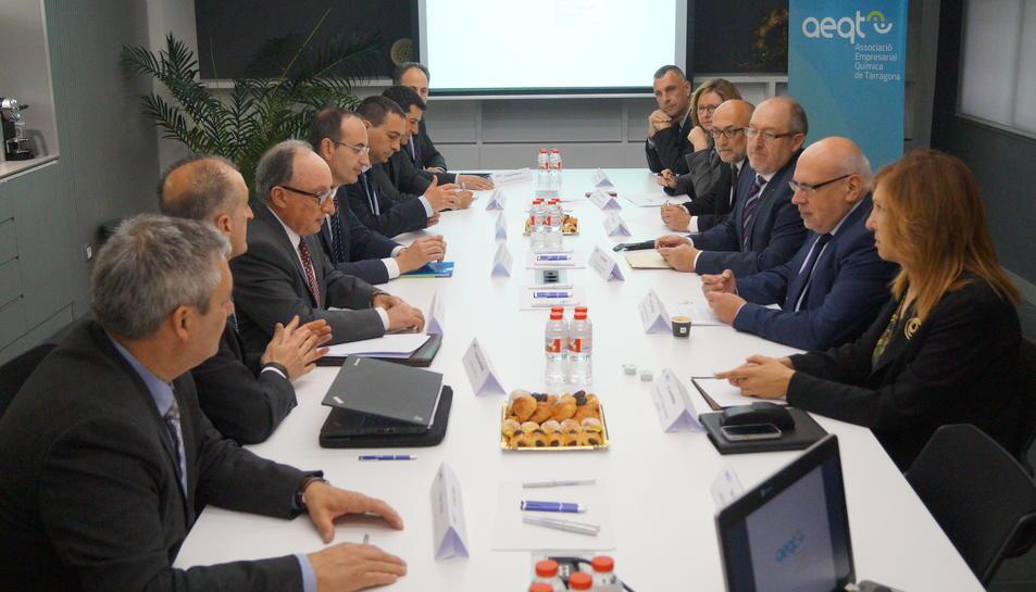L'AEQT presenta al Conseller d'Empresa quins són els factors claus de la Indústria Química al territori