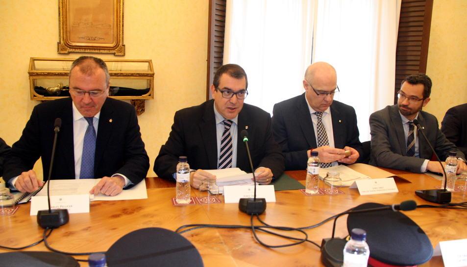 Pla mig del conseller d'Interior, Jordi Jané, al costat de l'alcalde Carles Pellicer durant l'inici de la reunió de la Junta Local de Seguretat. Imatge de l'1 d'abril del 2016