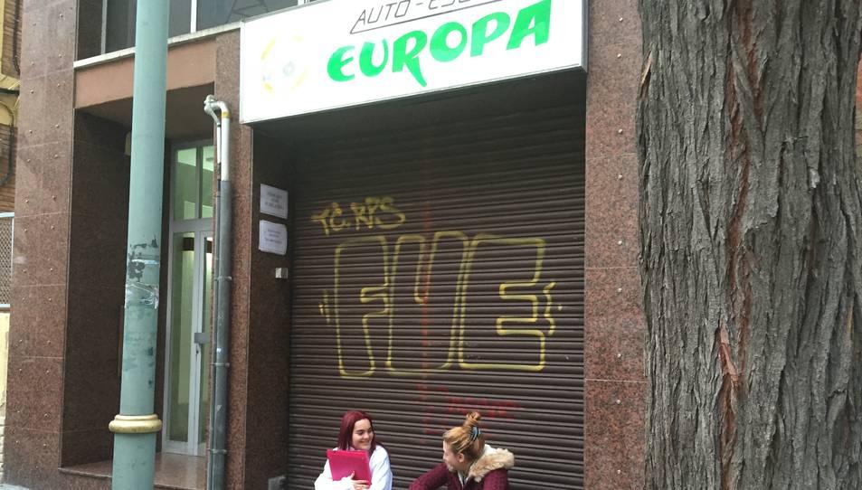 Dues afectades esperant explicacions a la porta de l'Autoescola Europa.
