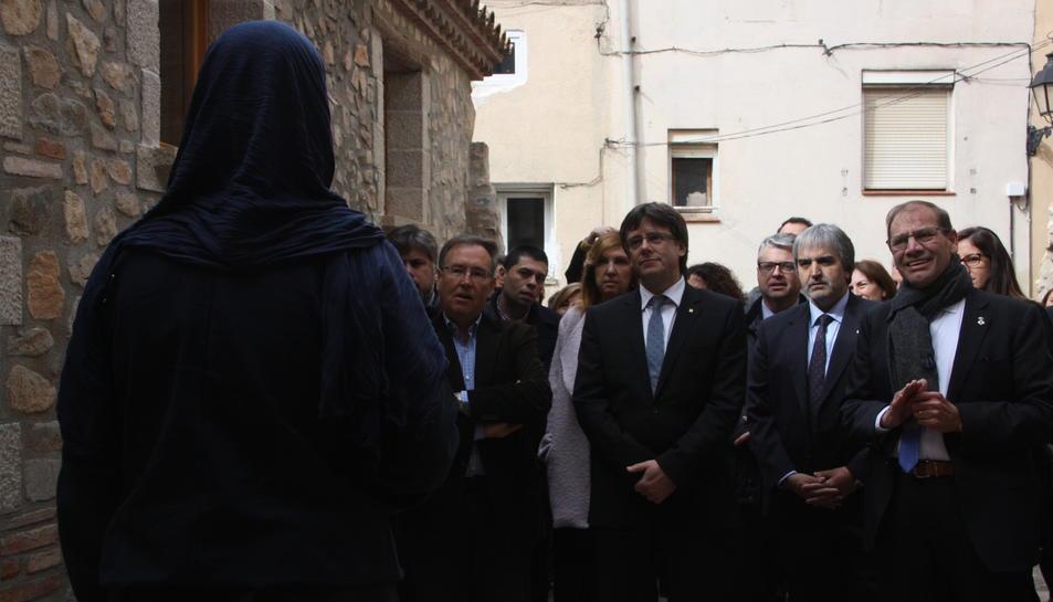 Pla general del president del Govern, Carles Puigdemont, durant la visita de la ruta templera de l'Espluga de Francolí el 2 d'abril de 2016
