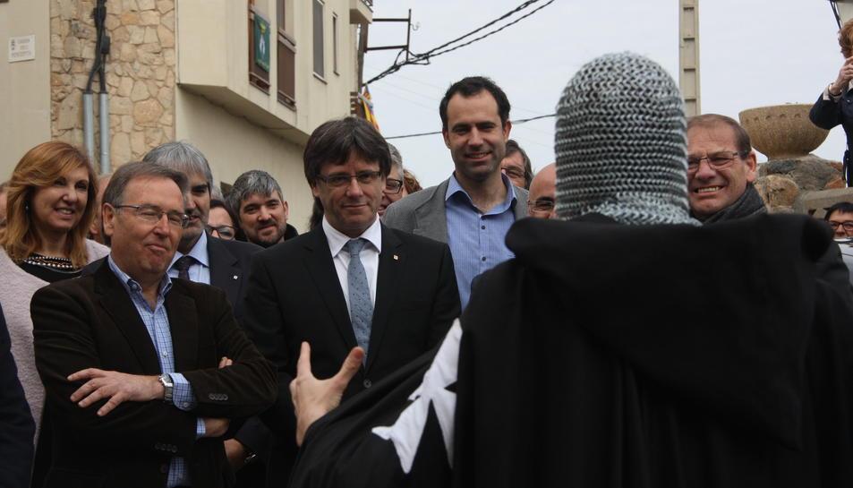 Pla general del president del Govern, Carles Puigdemont, escoltant un templer durant la ruta a l'Espluga de Francolí el 2 d'abril de 2016