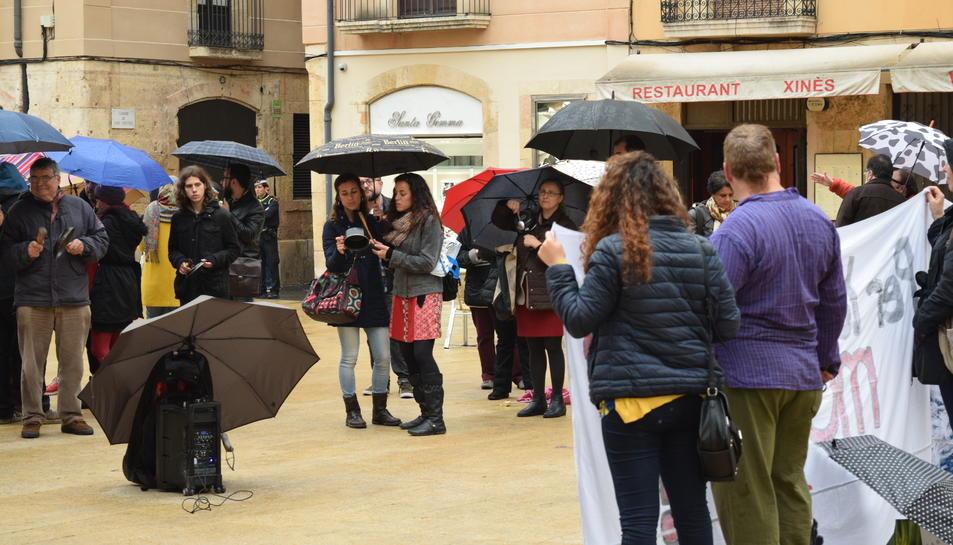 Una vuitantena de persones i dues pancartes van protagonitzar l'acte a la Plaça de la Font .